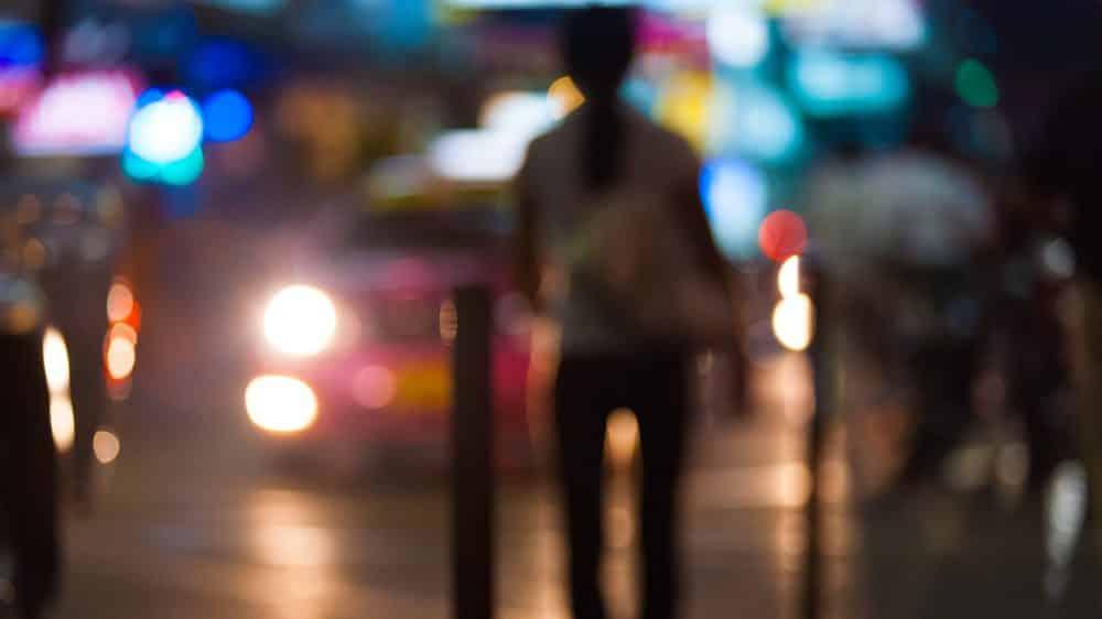 imagem fora de foco de mulher na rua. felicidade de margô foi passageira