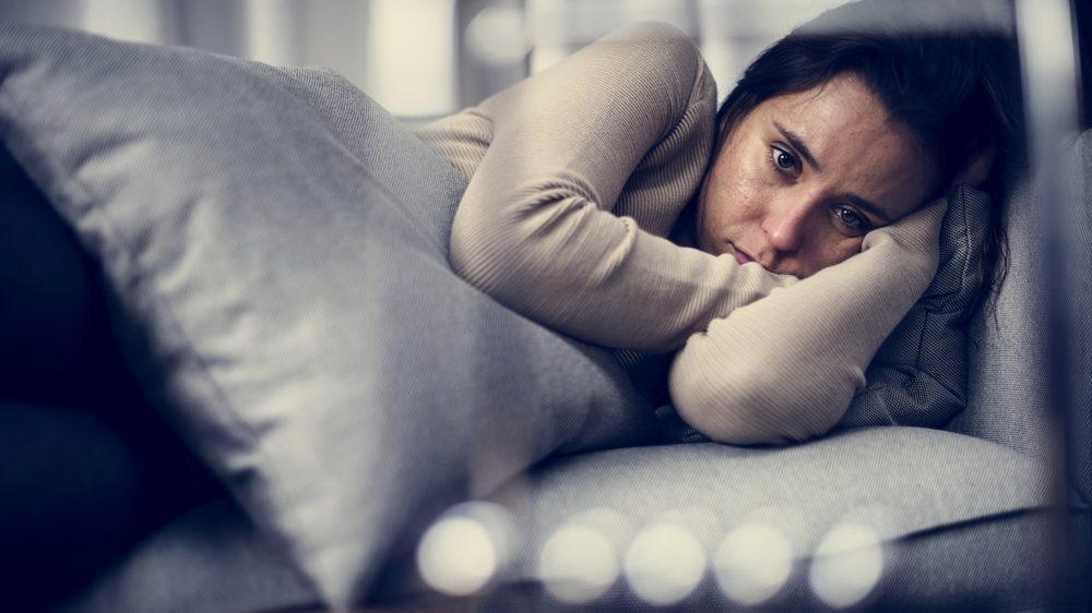 mulher deprimida deitada no sofá. depressão é uma das principais causas de incapacitação