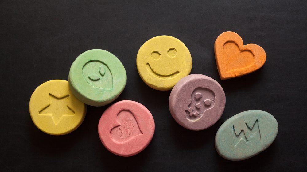 pílulas em formatos e cores diferentes. o mercado de drogas sintéticas cresce a cada ano.