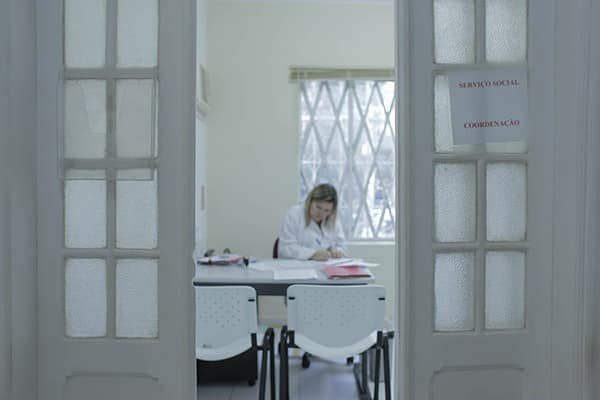 A assistente social Sue Ellen, do Instituto Pró-Queimados, na primeira sala por que os atendidos passam ao chegar na ONG.