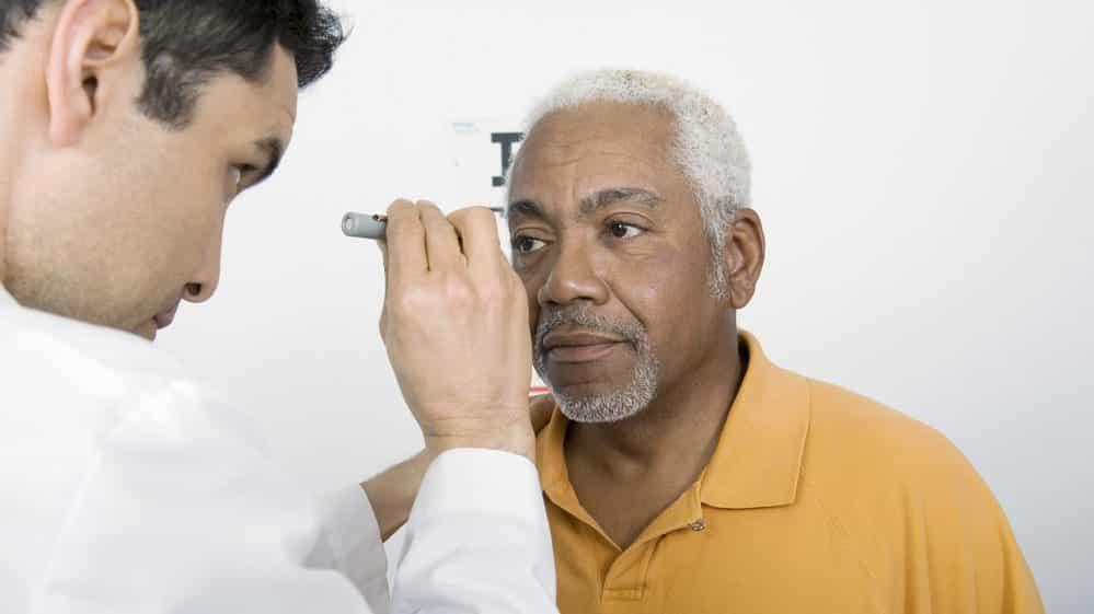 médico examina a visão de paciente