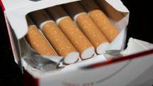 Caixa de cigarros aberta.