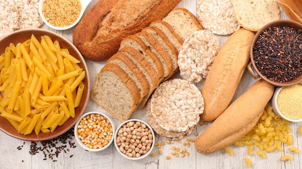 seleção de alimentos com glúten, como macarrão e pão
