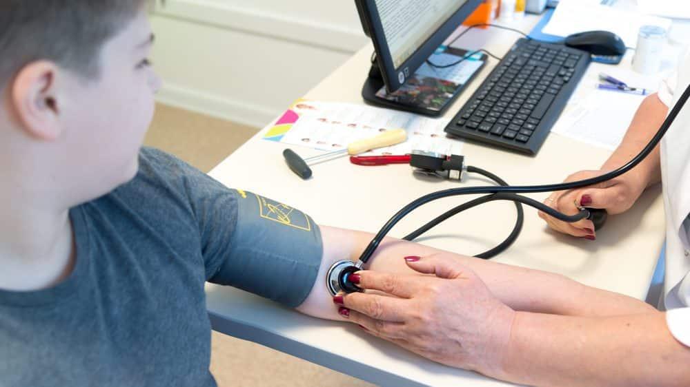 médico medindo pressão de criança
