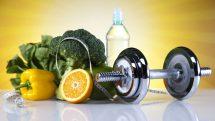 frutas, verduras, garrafa de água e peso para a prática de exercícios físicos, essenciais para o controle do diabetes