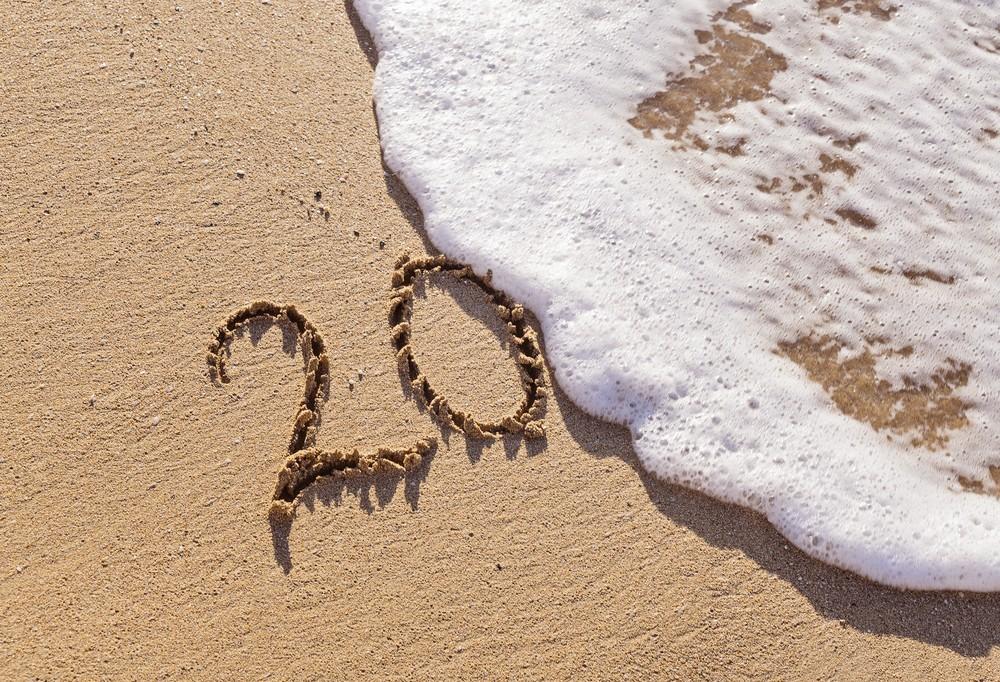 água do mar apaga inscrição do ano que se inicia com 20. Começo de ano é época em que muitos querem perder peso