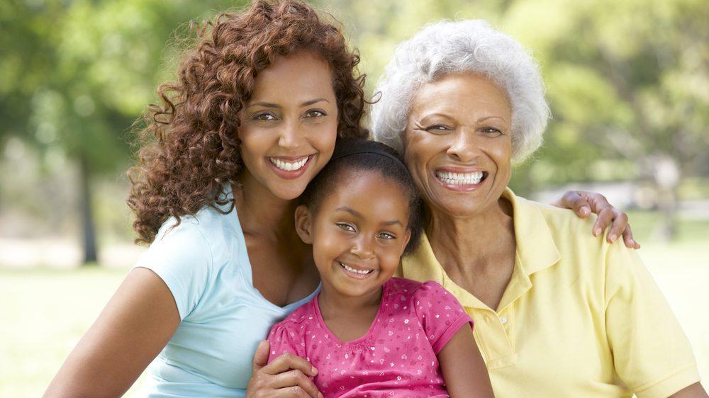 avó, filha e neta. Hipótese das avós mostra que idosos tiveram papel importante na evolução.