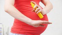 Mulher grávida passa repelente para evitar contrair zika