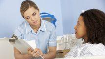 enfermeira atende paciente internada em hospital. NICE inglês atende a população gratuitamente