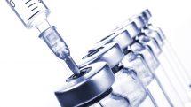 seringa e frascos de vacina