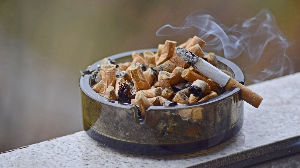 Conjunto de bitucas de cigarro apagadas.