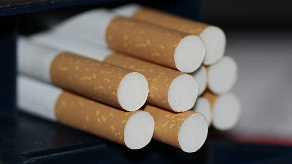 Pilha de cigarros.