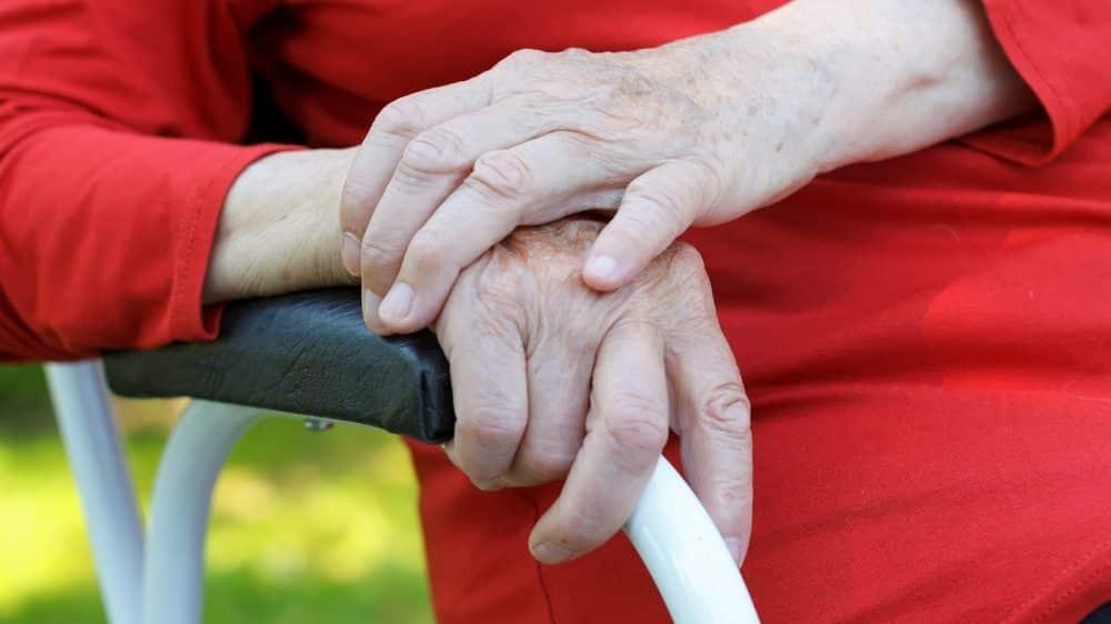 mãos de idosa com artrite