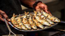 sardinhas grelhadas em bandeja. Vitamina B12 é essencial para a manutenção dos ossos
