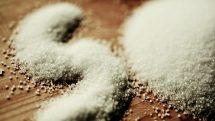 Sal sobre a mesa. Excesso de sal traz riscos à saúde