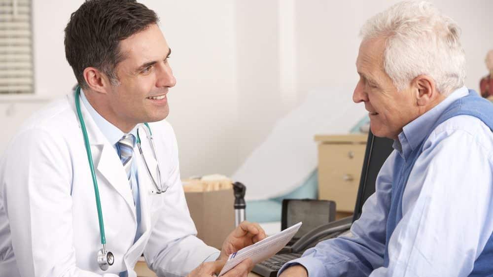médico atende idoso em consulta sobre câncer de próstata e PSA