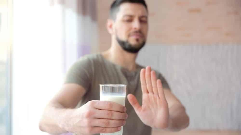 homem rejeita copo de leite. modismos na dieta vão e voltam