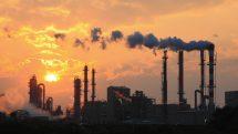 poluição de fábrica com por do sol ao fundo. poluição e demência têm relação