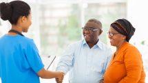 casal idoso consulta médica. indicação de reposição de testosterona é controversa
