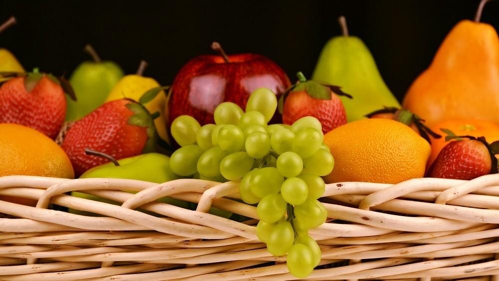 Cesta de frutas. O consumo de frutas e outros vegetais traz benefícios à saúde