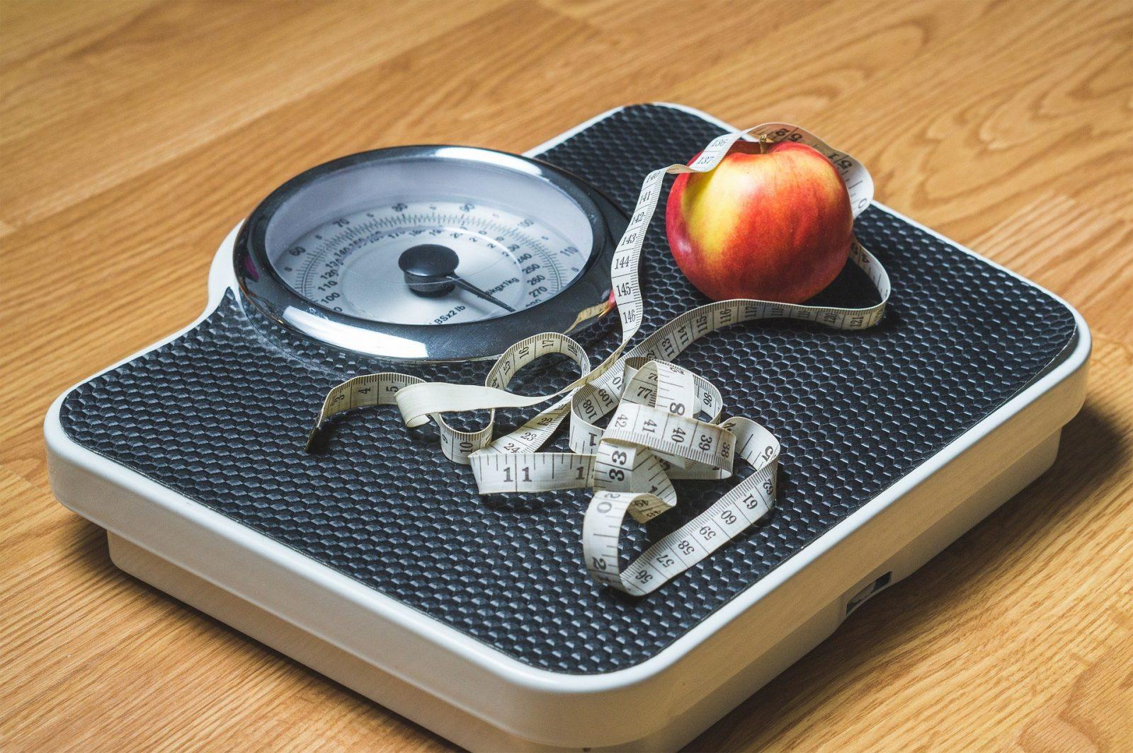 Balança e fita métrica. Obesidade e câncer têm relação