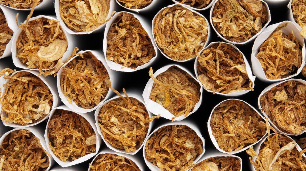 cigarros empilhados. veja a prevalência mundial do fumo