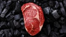 pedaço de carne crua sobre carvão. veja o papel da carne na alimentação