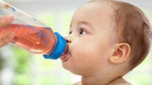 Bebês não devem tomar suco de frutas antes de 1 ano
