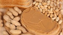 amendoim e pão com manteiga de amendoim. alergia a alimentos pode ser grave