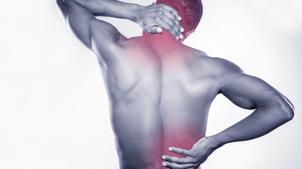homem de costas com região cervical e lombar ressaltadas em vermelho