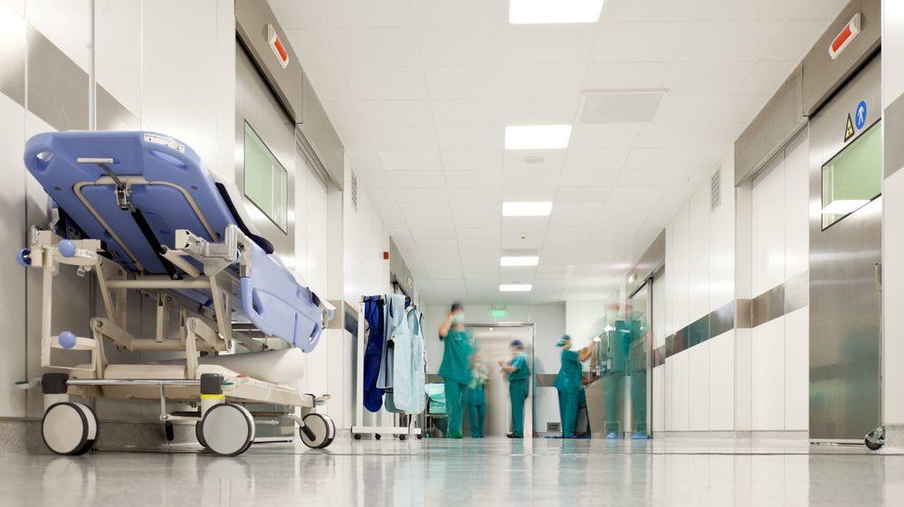 corredor de hospital com equipe médica atrás.demora no atendimento é uma espécie de eutanásia