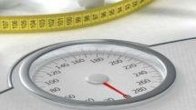 Balança e fita métrica sobre uma mesa