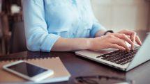 mulher trabalha no computador. o avanço da tecnologia nos faz trabalhar mais