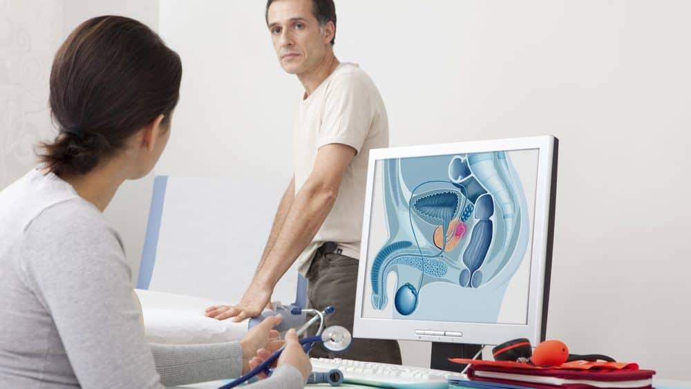 homem diante de médica, que analisa anatomia da próstata no computador. Exigência de PSA para detectar câncer de próstata é controversa