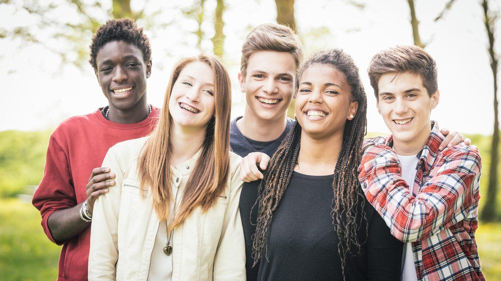 grupo de adolescentes. Adolescência vai cada vez até mais tarde