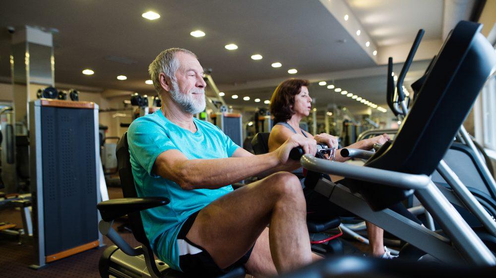 casal de idosos faz exercício físico para combater sarcopenia