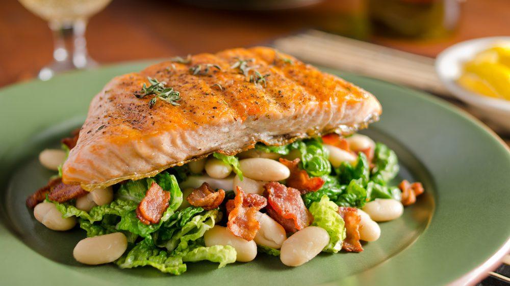 salmão grelhado com legumes. Dieta de restrição calórica pode retardar envelhecimento