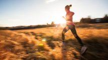 Mulher correndo. Exercício e saúde cardiovascular estão relacionados