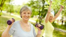 Mulheres se exercitando ao ar livre.
