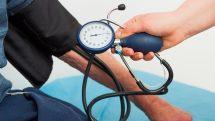 Paciente medindo a pressão. Pressão arterial em idosos ainda é tema controverso