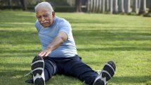 Idoso se exercitando ao ar livre.