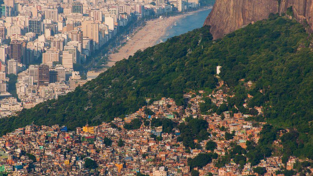 imagem do alto, mostra favela em morro. Desigualdade social é problema grave no Brasil