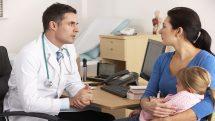 médico atende mãe e filha em consulta