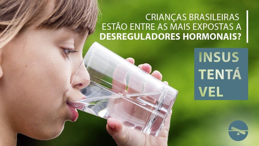 Menina bebendo um copo de água e texto esclarecendo que não é possível afirmar que crianças brasileiras são mais expostas a desreguladores hormonais.
