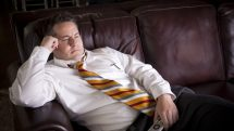 homem no sofá com controle remoto na mão. Obesidade e sedentarismo são epidemias