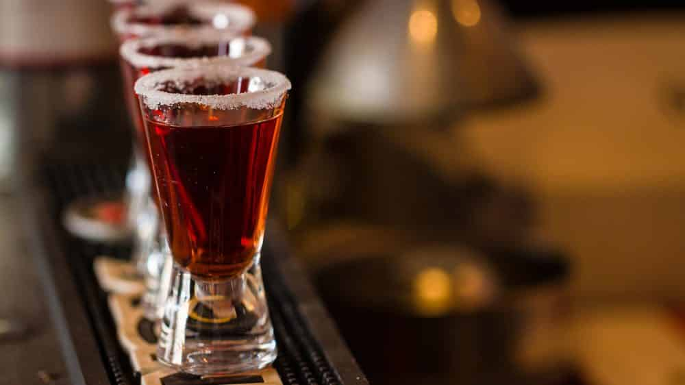 imagem de copos pequenos cheios de bebida alcoólica