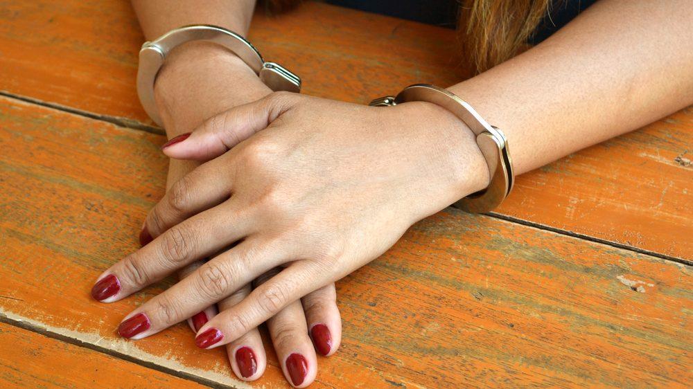 close em mãos de mulher algemada