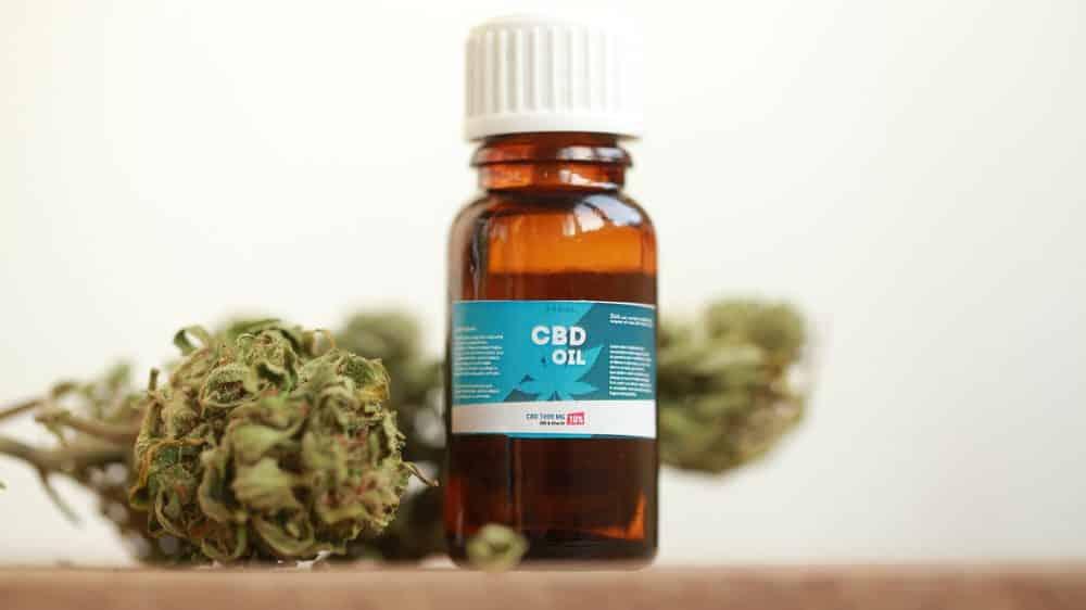frasco de óleo de canabidiol. Acesso a cannabis medicinal ainda é difícil no Brasil