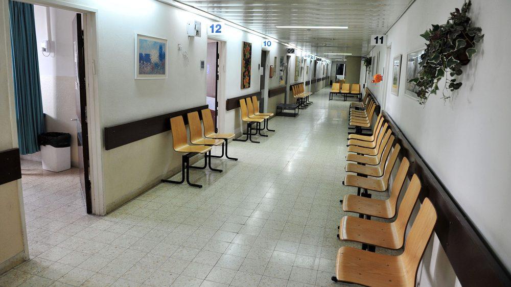 sala de espera de hospital público vazia. Sistema Único de Saúde atende milhões de pessoas no país