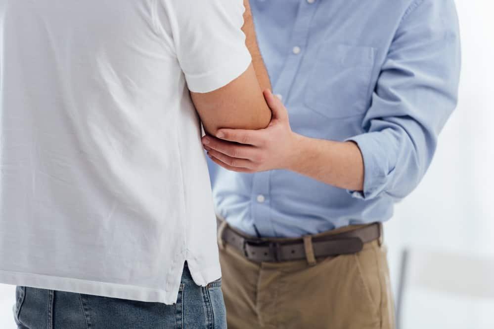 dois homens se encontram. Médicos fazem consulta médica em qualquer lugar